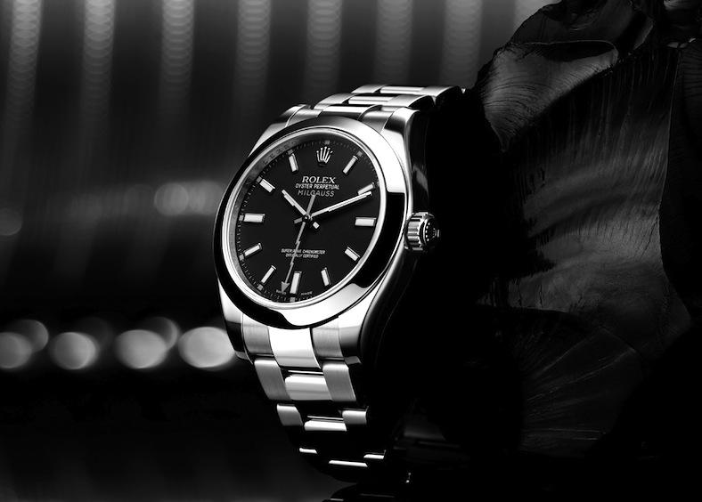 Мужские часы на черном фоне
